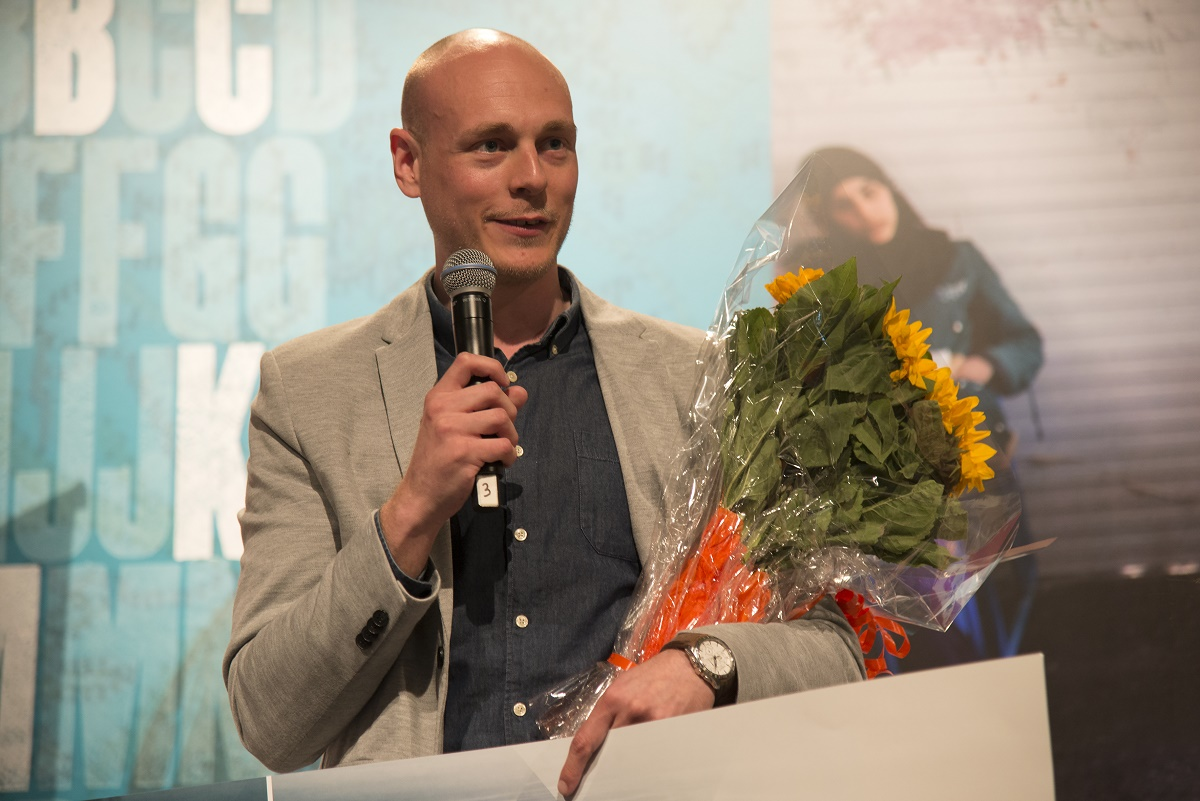 Prisvinner: Alexander Løken holder takketale etter å ha mottatt historiens første Bokslukerpris. Foto: Vibeke Røgler/Foreningen !les.