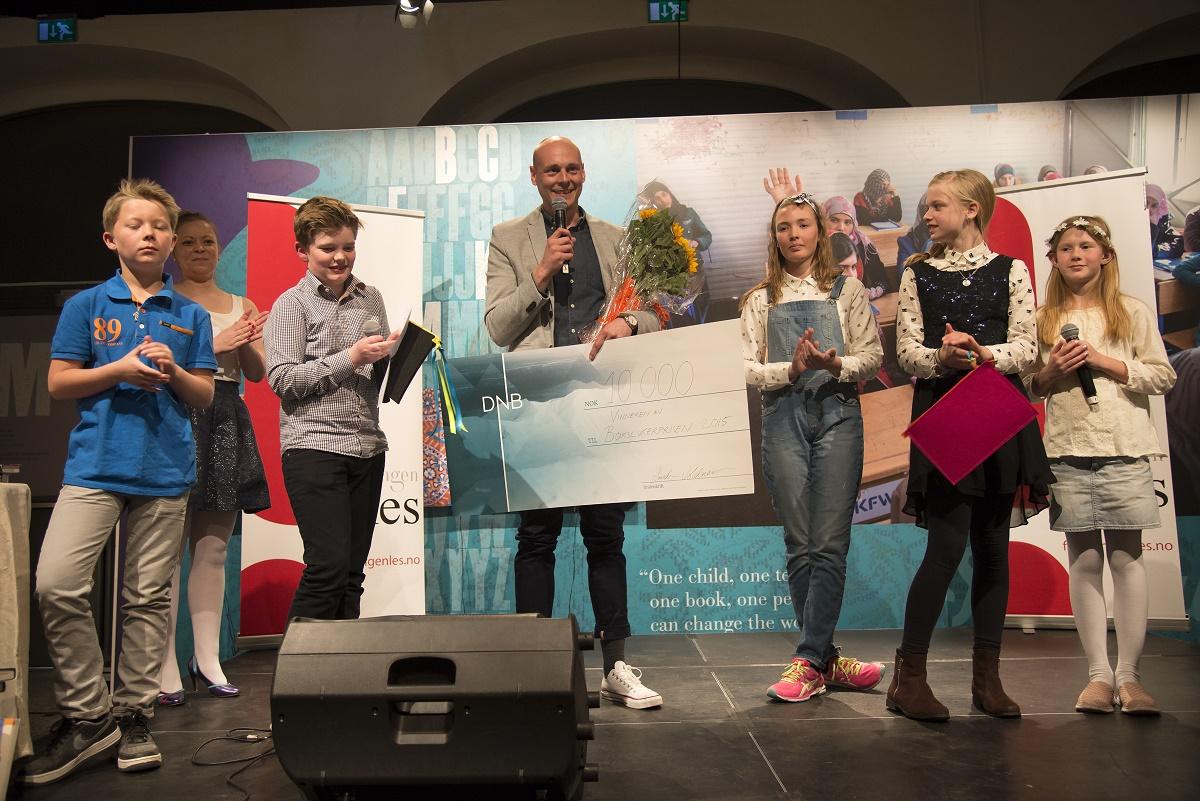"""Vinner: Alexander Løken vant Bokslukerprisen for boka """"Trollskallen"""". Her er han sammen med elever fra hver av de fem juryklassene. Foto: Vibeke Røgler/Foreningen !les."""
